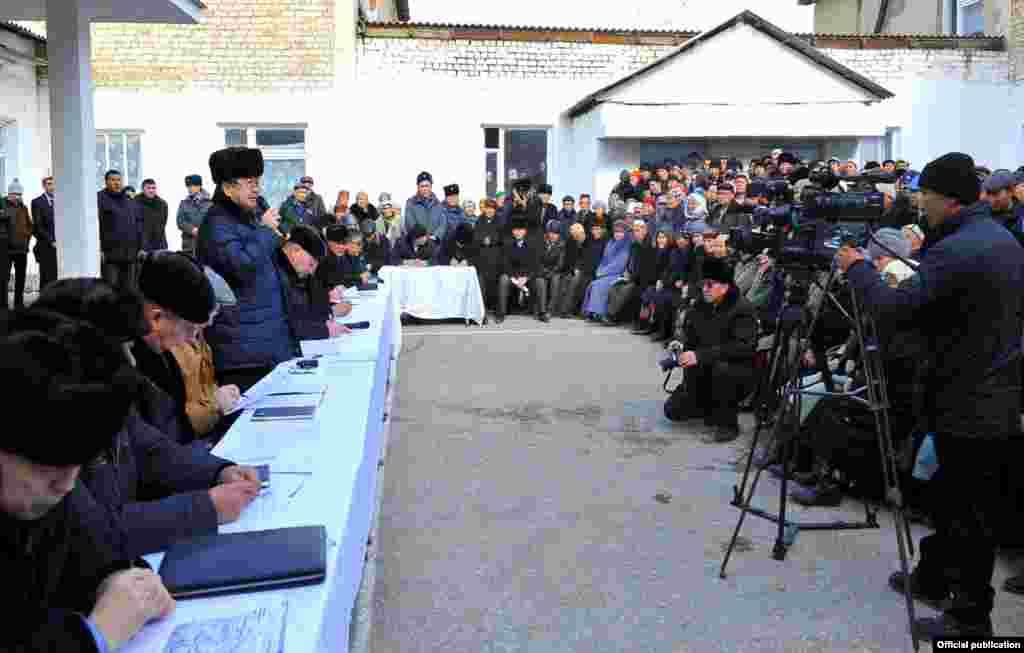 Из-за большого наплыва желающих попасть на встречу с главой правительства ее решили провести во дворе местной школы.