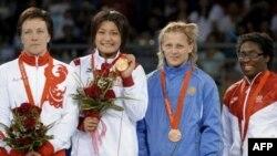 Елена Шалыгина на этой фотографии – вторая справа. Далее на пьедестале Пекинской Олимпиады стоят Каори Ичо из Японии и Алена Карташова из России.