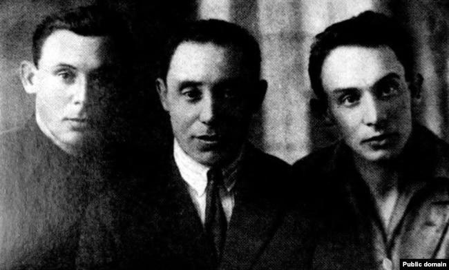 Зьмітрок Бядуля (у цэнтры) з братамі Мацьвеем і Ізраілем, 1927 год