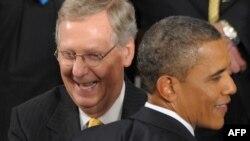 Лидер республиканского меньшинства в сенате Митч Макконнелл (слева) - один из главных оппонентов Барака Обамы (справа).