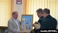 İlmi Ümerov Tatarstandan eyyet vekillerinen birlikte. Mayıs 6 künü, 2014 s.