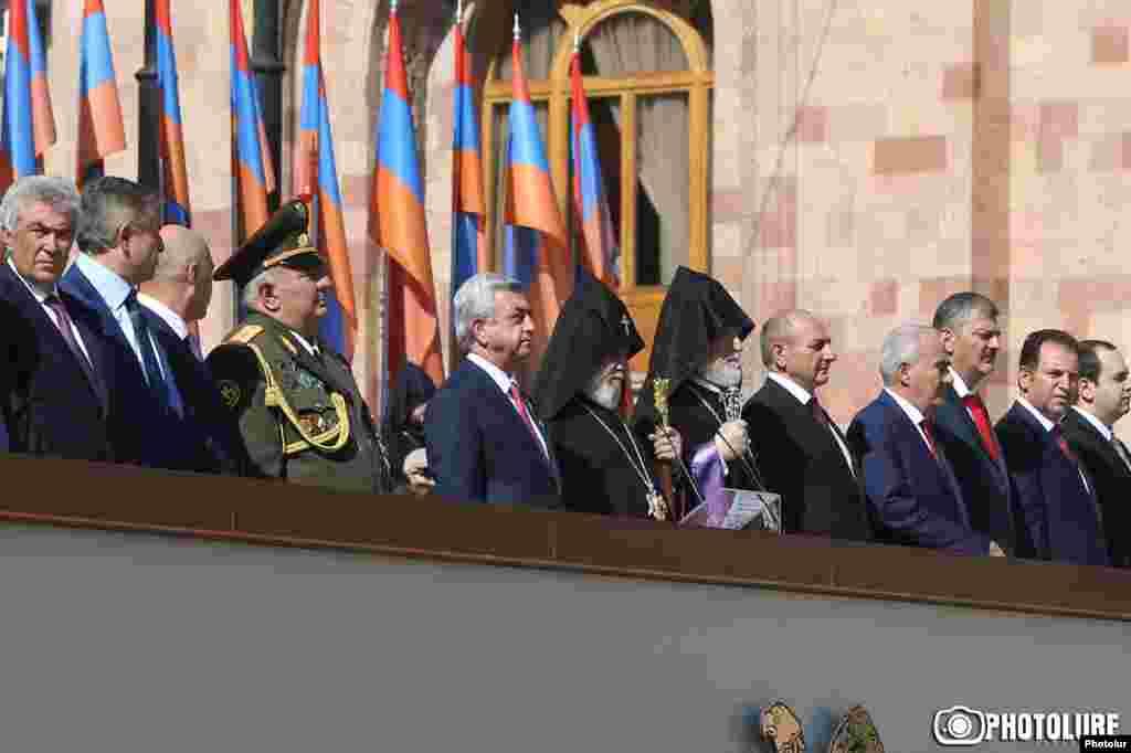 Президент Армении Серж Саргсян (пятый слева) наблюдает за парадом.
