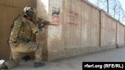 یک تن از نیروهای افغان در حال جنگ با طالبان در ولایت کندز