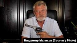 Владимир Мелихов с музейным пистолетом