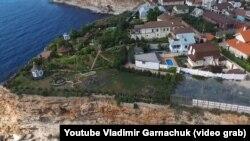 Схоже, Лебедєв мешкає в маєтку на скелястому березі із захопленим пляжем у Севастополі