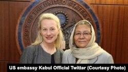 حبیبه سرابی معاون شورای عالی صلح افغانستان (راست) با الیس ولز معاون وزارت خارجۀ ایالات متحده در امور آسیای جنوبی و مرکزی. May 13 2019