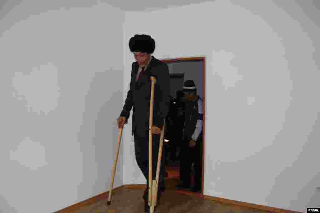 Бишкек шаар башчысы Нариман Түлеев Жеңишбек Райымбаевге батирдин ачкычы менен дарылануусу үчүн деп 20 миң сом каражат кошуп берди.