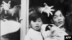 Aproape 60,000 de refugiați chinezi sosesc ilegal în Hong Kong, pe atunci colonie britanică, în încercarea de a scăpa de foametea acută din anii '60 din China, 28 mai 1962.