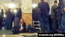Представители прессы ждут информации о переговорах в Минске. Участники молчат