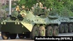 Бронетранспортеры на репетиции парада военной техники к 9 мая в Донецке