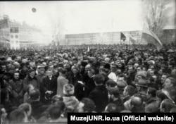 Під час урочистостей в Києві на Софійському майдані з нагоди проголошення Акту Злуки, 22 січня 1919 року