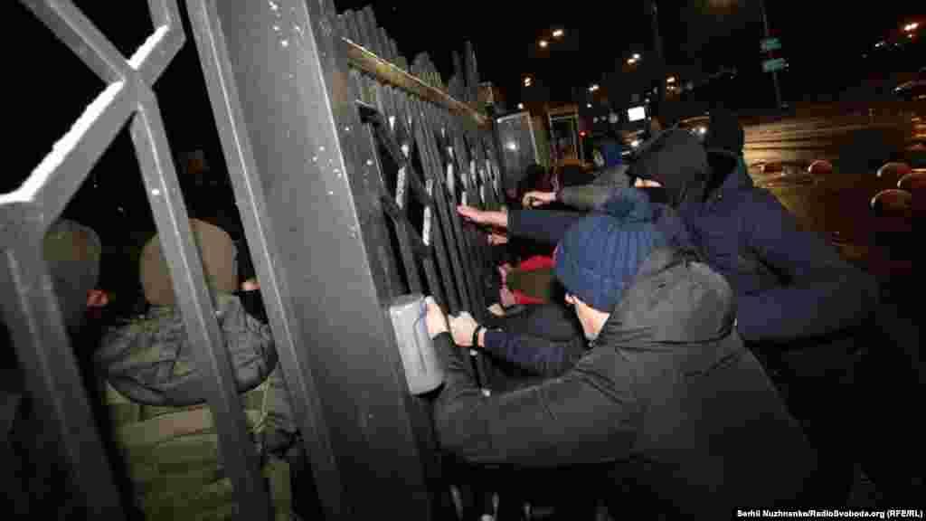 Активисты пытались заблокировать выезд из Киевского апелляционного суда