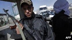 Вооруженный сторонник ливийской оппозиции