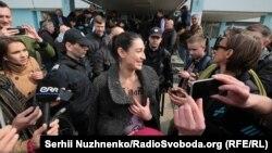 Дівчина з'явилася перед журналістами з оголеним торсом, на якому написано «pig in a poke» – аналог українського вислову «кіт у мішку»