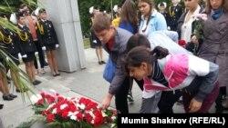 Дети возлагают цветы у Театрального комплекса на Дубровке в Москве