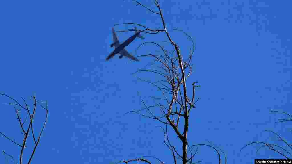 Над Альминской долиной самолет заходит на посадку в симферопольский аэропорт