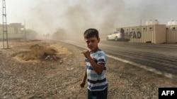 Dječak promatra ulazak turskih tenkova u Džarabulus, 25. avgust