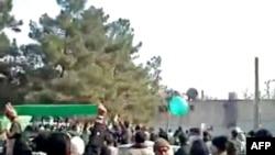 YouTube'дагы сүрөттө: ирандык режимге каршы нааразылыгын билдирип чыккандарга таандык деп жоромол кылынган демонстрация. Тегеран, 11-февраль, 2010-жыл.