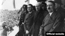 (зліва направо) Рудольф Гесс, Анрі Байє-Латур, Адольф Гітлер на церемонії відкриття Олімпіади в Гарміш-Партенкірхені 1936 року