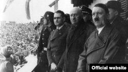 Рудолф Хес, претседателот на Меѓународниот олимписки комитет Анри Баилет-Латур и Адилф Хитлер на отворањето на Олимпијадата во Гармиш-Партенкирхен на 6 февруари 1936 година