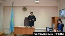 Суддя зачитує рішення закрити журнал «Адам», Алмати, 22 жовтня 2015 року