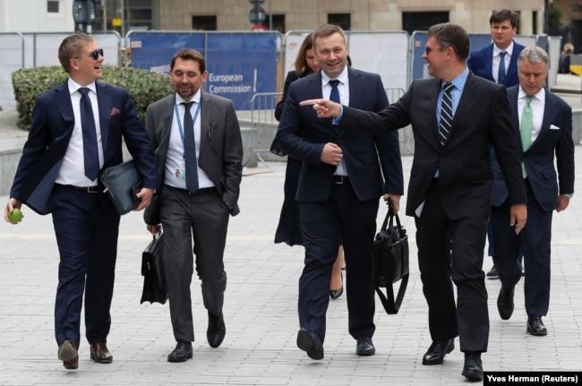 Голова правління НАК «Нафтогаз України» Андрій Коболєв (крайній зліва) і міністр енергетики Олексій Оржель (посередині) перед газовими переговорами між ЄС, Росією та Україною. Брюссель,19 вересня 2019 року