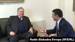 Шефовите на дипломатиите на Грција и на Македонија, Никос Коѕијас и Никола Димитров
