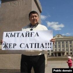 Оралдық белсенді Исатай Өтепов жер реформасына қатысты наразылық акциясын өткізіп тұр. Орал, 24 сәуір 2016 жыл.