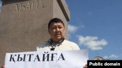 Гражданский активист Исатай Утепов протестует на площади имени Абая против поправок к земельному кодексу. Уральск, 24 апреля 2016 года.