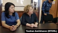 Бывший вице-министр образования и науки Эльмира Суханбердиева (справа) в суде. Нур-Султан, 10 июля 2019 года.