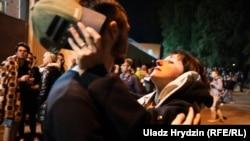 Мінськ: як зустрічали звільнених з ізолятора активістів (фоторепортаж)