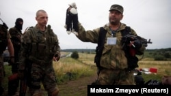 La Grabovo, un militar separatist pro-rus cu o jucărie culeasă din resturile avionului malaez