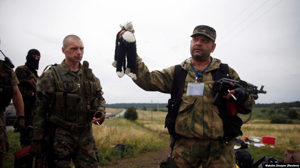 Картинки по запросу сбитый боинг игрувка у террориста