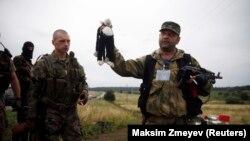 """Пророссийские сепаратисты на месте гибели малайзийского """"Боинга"""""""