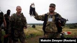 Проросійські сепаратисти з іграшками загиблих дітей на місці катастрофи рейсу MH17, фото 18 липня 2014 року
