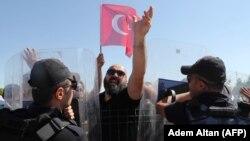 Акция протеста у здания суда в Анкаре, где проходили слушания по делу возможных причастных к попытке переворота, август 2017 года. Иллюстративное фото.