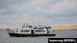 Пасажирський катер в Севастопольській бухті на тлі Костянтинівського равеліну, ілюстраційне фото