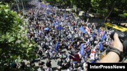 Протестувальники перед площею Свободи в Тбілісі