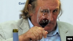 Гражданин России с 2013 года Жерар Депардье с вином собственного производства