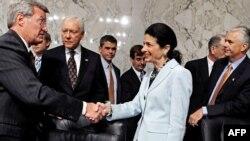 رییس دمکرات کمیته مالی سنا، ازسناتور المپيا اسنو، عضو حزب جمهوريخواه، به خاطر حمایت از لایحه تشکر کرد.