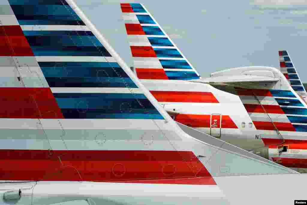"""Самолеты """"Американских авиалиний"""" в национальном аэропорту Вашингтона, США. 5 апреля 2020 года"""