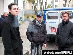 Былы палітвязень Сяргей Казакоў з паплечнікамі каля Цэнтральнага суду