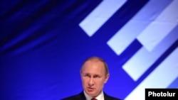 Armenia - Russian President Vladimir Putin addresses a Russian-Armenian forum in Gyumri, 2Dec2013.