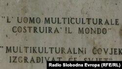 Natpis na spomeniku Multikulturalni čovjek u centru Sarajeva