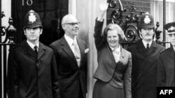 Маргарэт Тэтчар вітае журналістаў у першы дзень свайго прэм'ерства 4 траўня 1979 году.