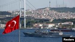 """Фрегат """"Тейлор"""" проходит Босфор в районе Стамбула 22 апреля 2014 года"""