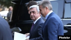 Armenia - President Serzh Sarkisian and Prime Minister Karen Karapetian head to a cabinet meeting in Yerevan, 6Oct2016.
