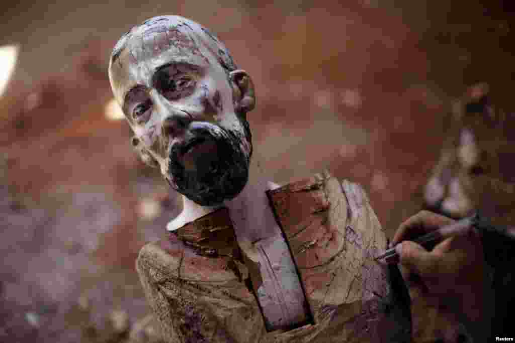Він робить «чорнову» розмітку обличчя статуї, пізніше майстер накладе «святому» макіяж фарбами