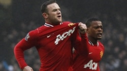 """Manchester United'li Wayne Rooney (sağda) bu turda """"dubl"""" edərək komandasına qələbə gətirdi"""