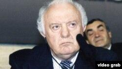 Eduard Șevardnadze în vizită la sediul Europei Libere din Praga în 2002
